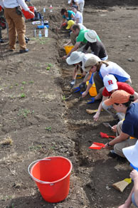 students_digging