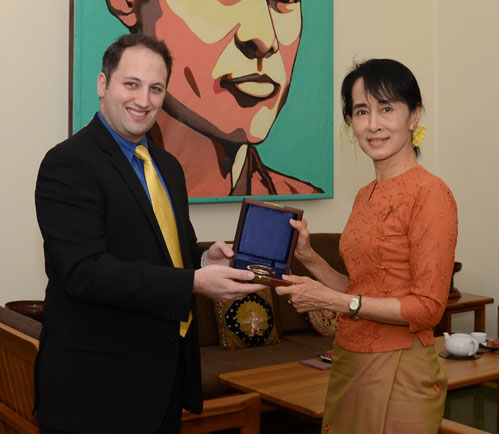 Dominic Nardi presents the Wallenberg Medal to Burma dissident Aung San Suu Kyi