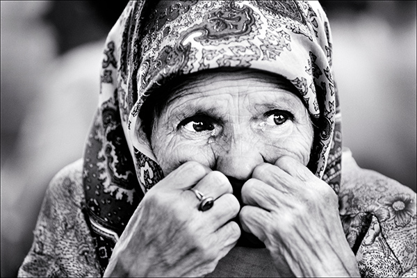 A Bosnian woman crying on the roadside in Tuzla, Bosnia, in 1995. (Photo by David Turnley)