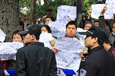 Chinese villagers protest (Photo by William Foreman)