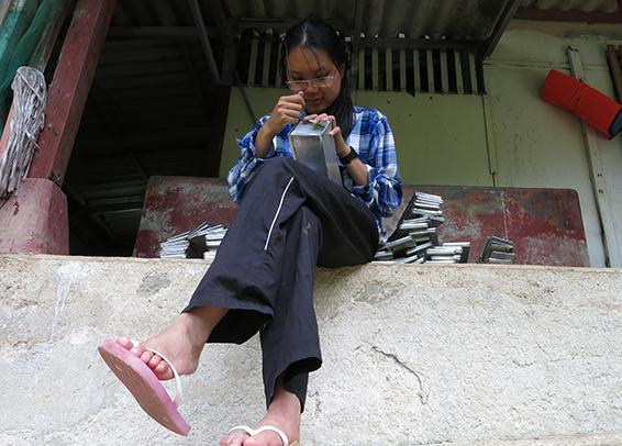 Graduate student Zu Dienle Tan cleans scores of rat traps each day.