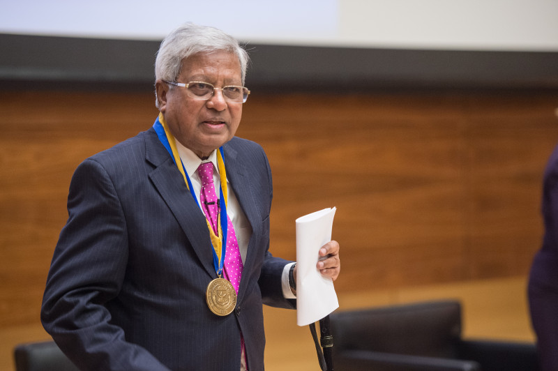 Sir Fazle Hasan Abed receives the Francis Medal.